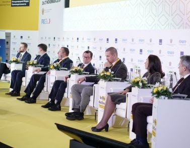 Top-Manager und Regierung diskutieren über Effizienz