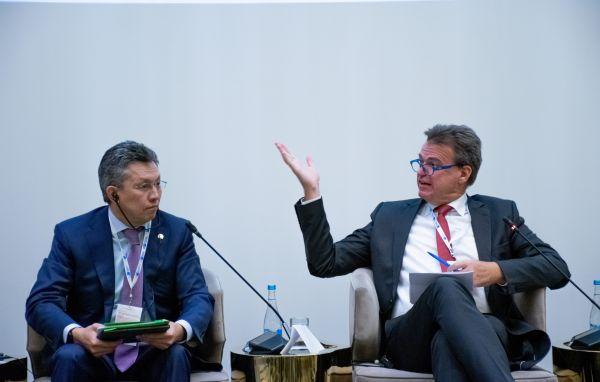 Bachyt Sultanow, Minister für Handel und Integration der Republik Kasachstan und Matthias Schepp, Vorstandsvorsitzender der AHK Russland