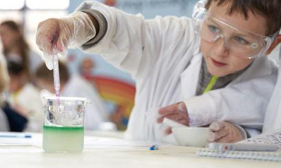 """Alles wie bei Erwachsenen: Ein Labor der """"Henkel-Forscherwelt"""" bei den Festspielen NAUKA 0+"""